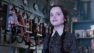 【麦绿素】几分钟看完《亚当斯一家》他们宣扬黑暗偏爱诡异,但他们是可爱的一家