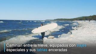 Rusos practican surf en temperaturas bajo cero