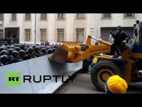 Ukraine: Protesters throw