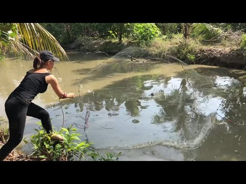 Unbelievable Girl Cast Net Fishing Big Catch 50KG Catfish