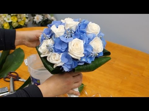 how-to-make-a-bridal-bouquet-with-blue-hydrangeas,-roses-and-muscari