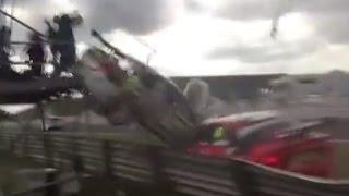 【海外】車レース中の大事故!ギャラリーの輪に突っ込む危険すぎる展開…