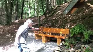Ruhebänke am Pilgerkreuz im Püngelbachtal