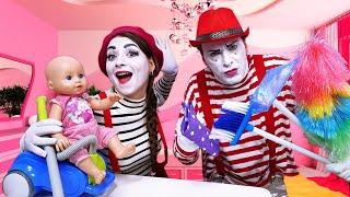 Видео для малышей с куклой Беби Анабель. Делаем уборку дома и гуляем на улице! Игры в одевалки