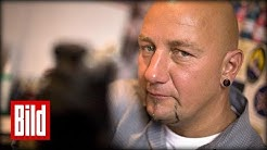 Tattoo-Experte Daniel Krause wird von Reporter gestochen (Kein Gift)