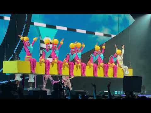 Katy Perry  Teenage dreamHot n coldLast Friday night  in Mtreal, Witness the tour 2017