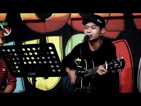 Akad X Bukti - Cover Pengamen Jalanan (Is Vokalis Payung Teduh Keluar, Padahal Lagunya Keren Banget)