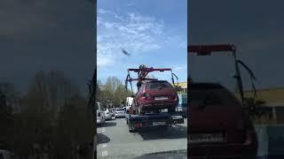 В Сочи эвакуатор увез автомобиль с человеком внутри