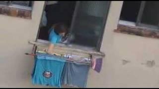 Mulher tirando o sutiã antes das roupas