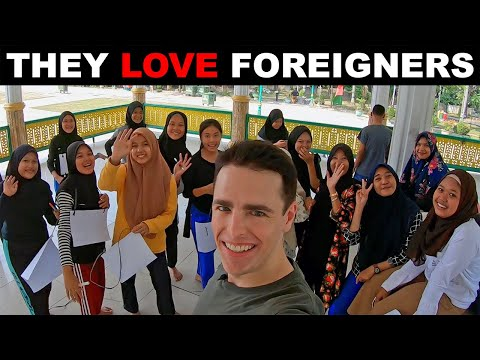 They LOVE Foreigners in Medan. Indonesia Adventures. ❤️🇮🇩