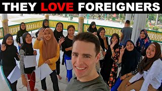 Gambar cover They LOVE Foreigners in Medan. Indonesia Adventures. ❤️🇮🇩