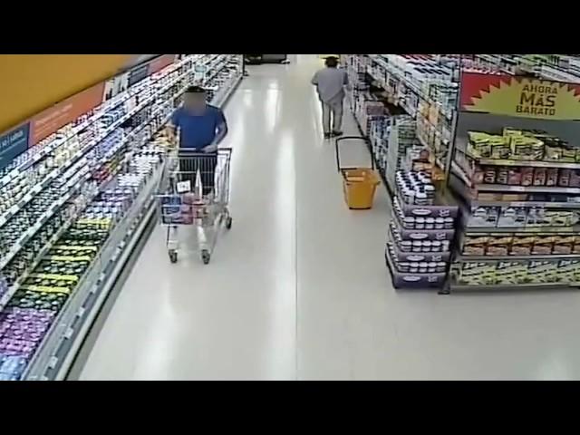 Este hombre robaba patas de jamón escondiéndolas bajo la ropa