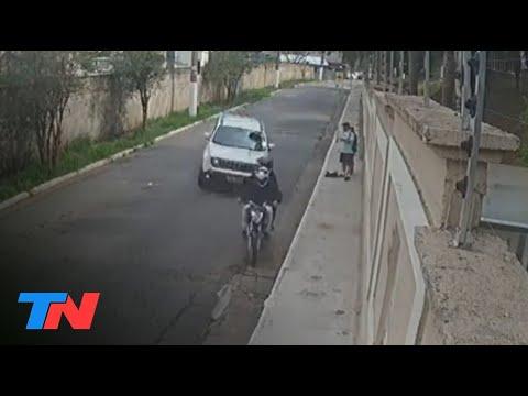 Para evitar un asalto, atropelló a dos motochorros