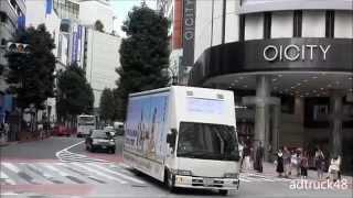 渋谷を走行する、10月1日(火)21時から放送する、フジテレビ開局55周年...