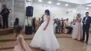 Невеста благодарит родителей на свадьбе. Очень трогательно