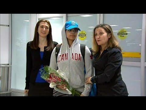 شاهد: لحظة وصول  الفتاة السعودية رهف القنون الهاربة من أسرتها إلى مطار تورونتو في كندا…  - 17:53-2019 / 1 / 12