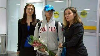 شاهد: لحظة وصول  الفتاة السعودية رهف القنون الهاربة من أسرتها إلى مطار تورونتو في كندا…