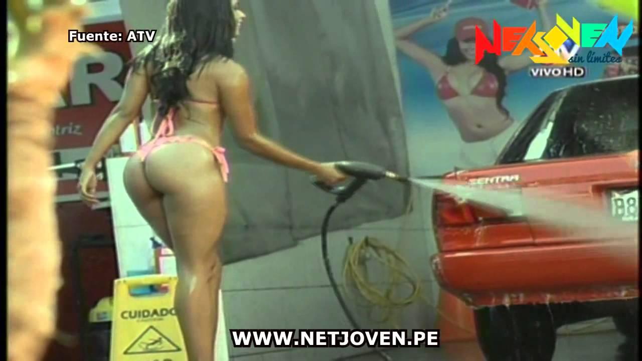 Chicas preciosas lavando autos desnudas DOGGUIE