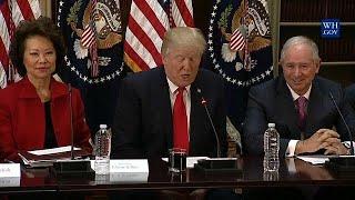 Donald Trump elimina dois conselhos da Casa Branca