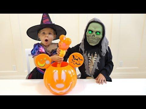 Диана и Рома собирают конфеты на Хеллоуин Halloween Trick or Treat - Diana and Roma