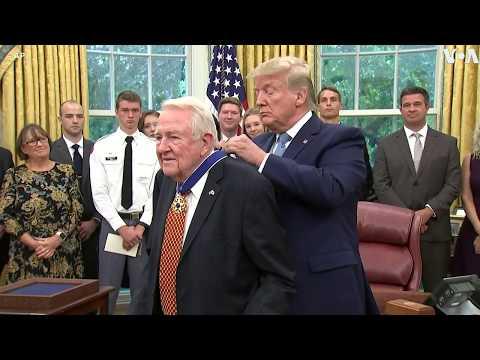 特朗普授予美国前司法部长米斯总统自由勋章