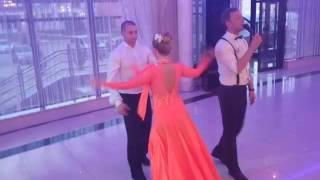 Жених поет,дружок с дружкой танцуют. Подарок невесте)