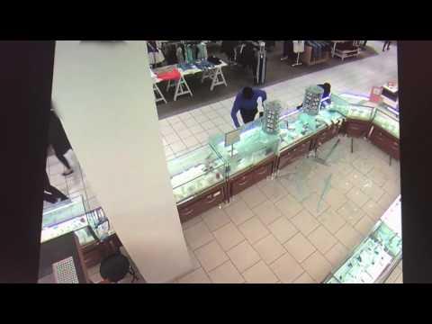 Vol qualifié survenu au Fairview Pointe-Claire : le SPVM cherche à identifier deux suspects