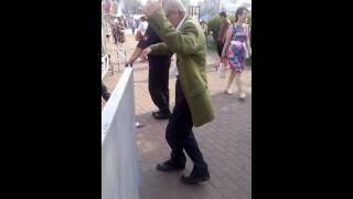 Придурок танцует прикол Братск