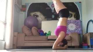 Наглый кот затмил тренировку по йоге хозяйки