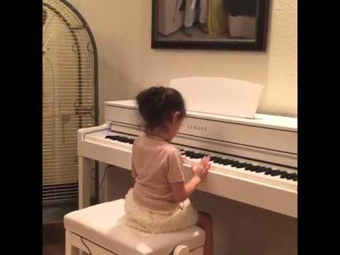 Дочка Михаила Галустяна играет на пианино