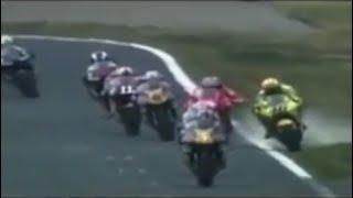 Rossi vs Biaggi Giappone 2001 gomitata e dito medio
