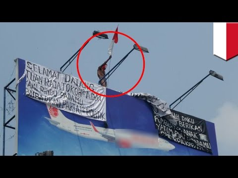 Billboard-climbing: Naked Jakarta protester returns, protesting by climbing billboards - TomoNews