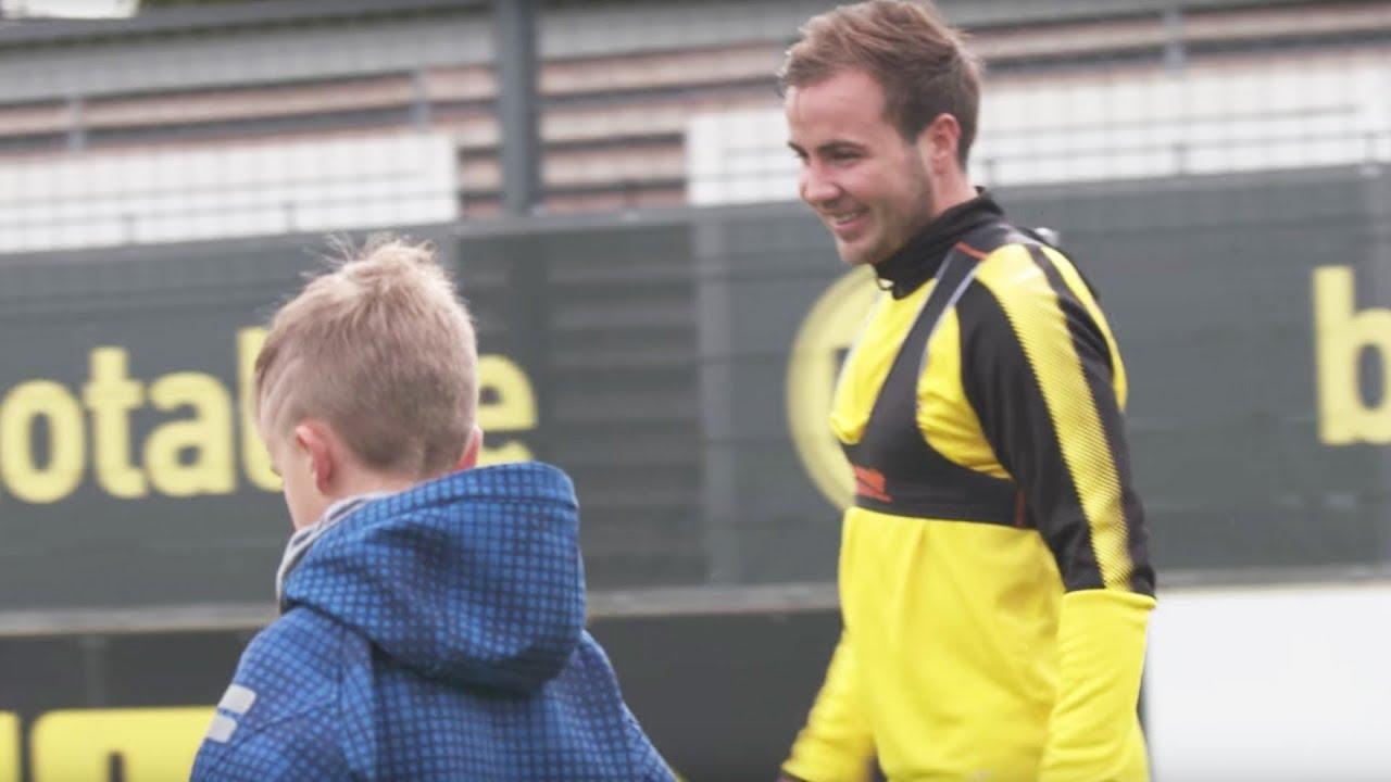Große Überraschung - Mario Götze kickt mit Kindern nach dem Training! ⚽