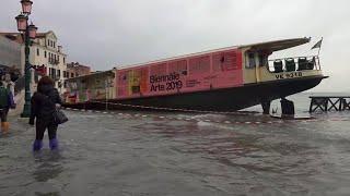 Acqua alta a Venezia, toccata punta 150 cm a Riva degli Schiavoni