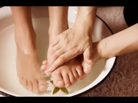 this-diy-detox-foot-soak-can-soothe-tired,-aching-feet-&-draw-out-impurities-through-the-skin