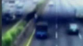 國道分隔島浮現 藍褲人影 highway shows a ghost shadow with blue jeans unexpectedly