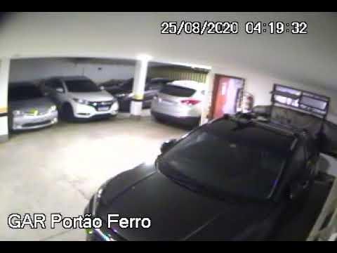 VÍDEO: Homem invade prédio e rouba bicicleta avaliada em R$ 5 mil