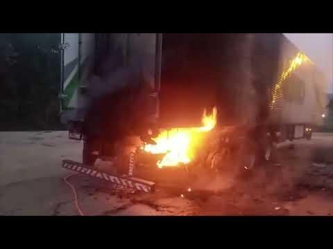 Rodas travam e carreta pega fogo na BR