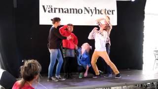 Skådespelare från Smålands Musik och Teater tolkar Värnamo Nyheter 12-föreställningen
