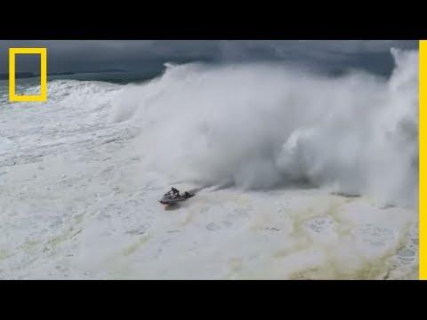 Sauvetage Spectaculaire D'un Surfeur Sur Une Vague Géante Au Portugal