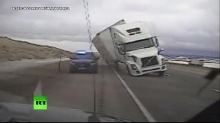 В США порыв ветра сдул грузовик на полицейскую машину