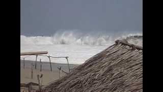 Alto oleaje en Playa Azul, Coyuca de Benítez