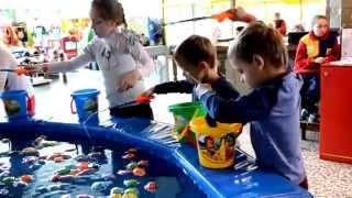 Игра рыбалка - аттракцион. Дети близнецы ловят рыбу в развлекательном центре в парке Горького