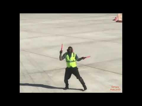 Весёлый регулировщик в аэропорту!