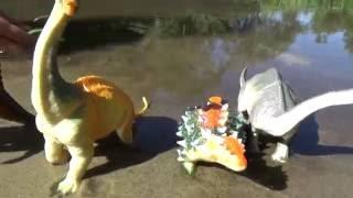 Динозавры.Игрушки динозавры на речке.Играем в воде.Видео для детей.Дети.toys Dinosaurs  on the river
