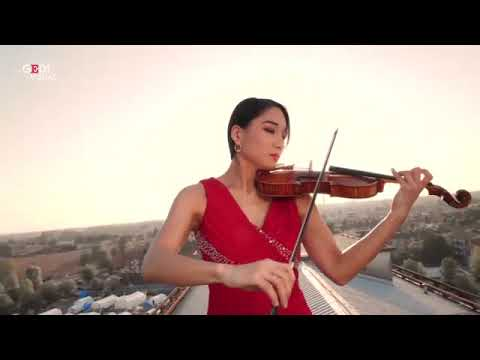 Coronavirus, Cremona: the violinist Lena Yokoyama plays Ennio Moricone on the roof of the hospital.