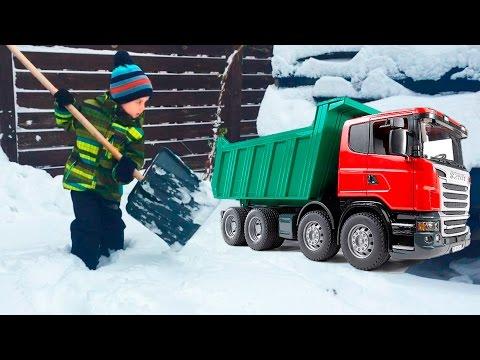Влог Убираем снег во дворе Машинки Брудер пришли на помощь. Первый снег