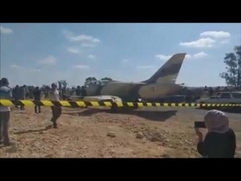 شاهد: طائرة حربية ليبية تهبط اضطراريا على الطريق في بلدة جنوبي تونس…  - نشر قبل 3 ساعة