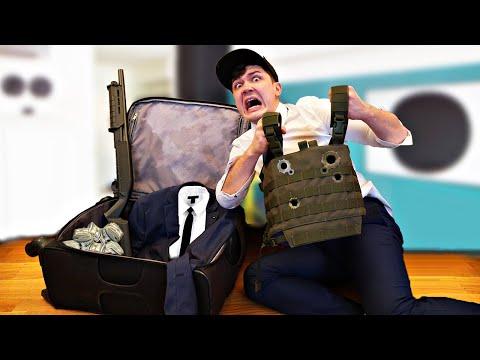 Купили на аукционе потерянный чемодан телохранителя, а внутри