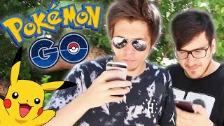DOS TONTOS CAZAN POKEMON EN LA VIDA REAL - Pokemon GO